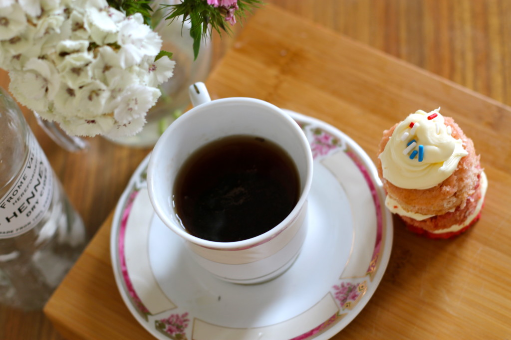mini cake with tea
