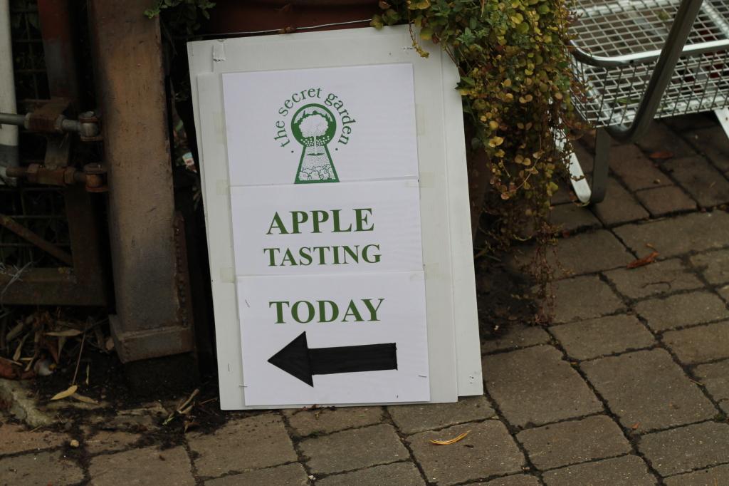 apple tasting sign