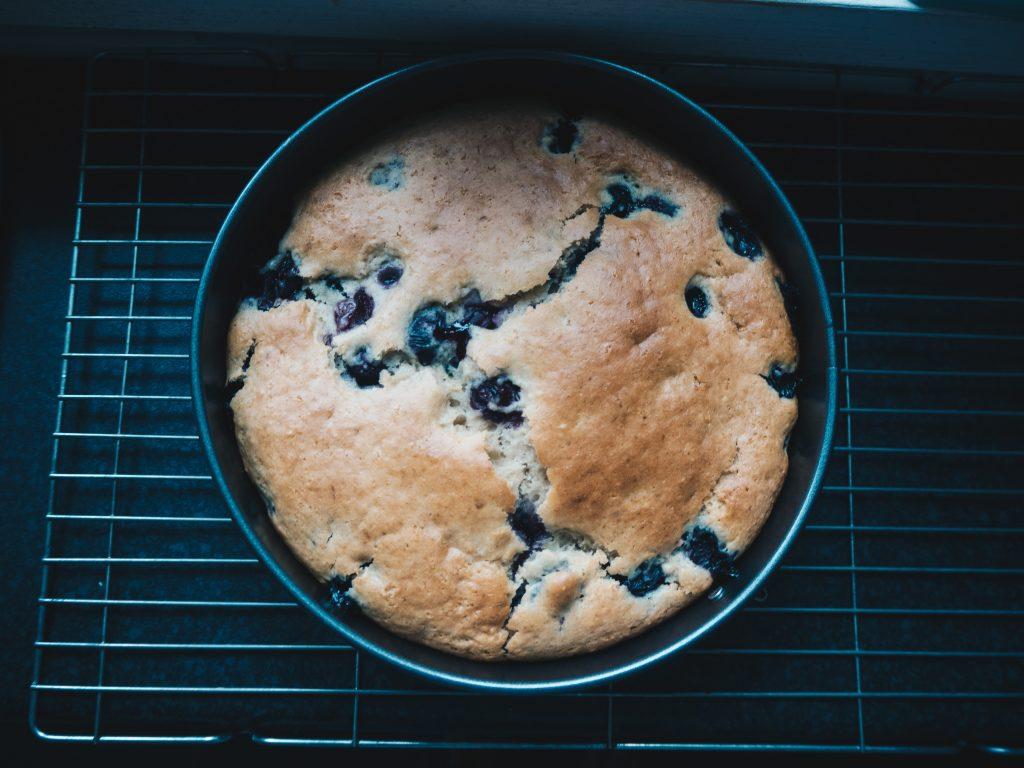 vegan-lemon-and-blueberry-cake-cooling
