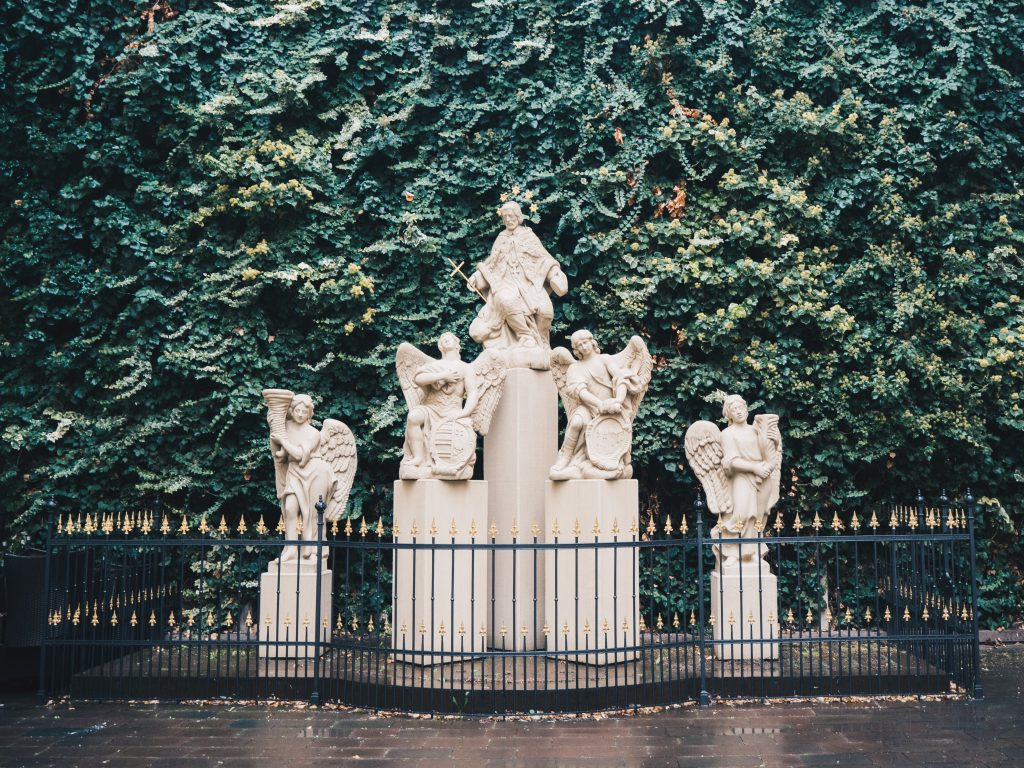 primates palace statues