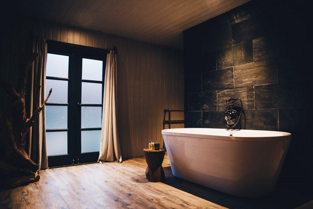 bathtub at in the amy johnson cabin